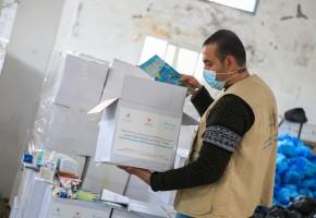 اللجان الشبابية التطوعية توزع 432 طرد صحي وترفيهي خاص بالأطفال ذوي الإعاقة  في قطاع غزة